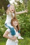 Een jong meisje met mather op een groen gras Royalty-vrije Stock Fotografie