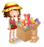 Een jong meisje naast een doos van speelgoed Royalty-vrije Stock Foto