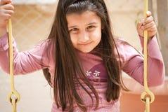 Een jong meisje op de schommeling Stock Afbeeldingen