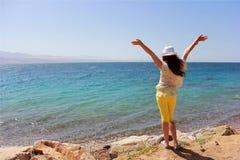 Een jong meisje op het strand Royalty-vrije Stock Afbeelding