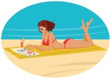 Een jong meisje op het strand stock afbeelding
