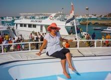 Een jong meisje treft voor een prachtige vakantie op een jacht op het overzees voorbereidingen Egypte Hurgada Juli 2009 royalty-vrije stock afbeeldingen