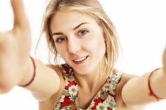Een jong meisje wordt gefotografeerd en glimlachend stock fotografie