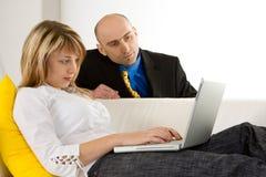 Een jong Paar en Laptop royalty-vrije stock afbeelding