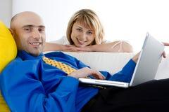 Een jong Paar en Laptop stock foto