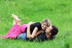 Een jong paar in liefde Stock Foto's