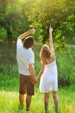 Een jong paar in liefde in openlucht Stock Foto