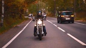 Een jong personenvervoer een bijl op een weg stock footage