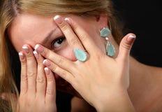 Jong tienermeisje die op wat juwelen dragen Stock Foto