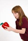 Vrouwelijk schoolkind die een duidelijke plastic appel houden stock fotografie