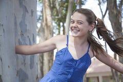 Een jonge aantrekkelijke meisje het spelen huid - en - zoekt in het hout Royalty-vrije Stock Fotografie