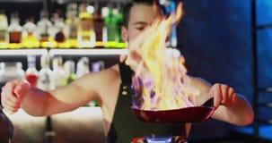 Een jonge barman bereidt een cocktail voor stock footage