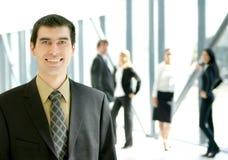 Een jonge bedrijfsmens in een modern bureau Stock Fotografie