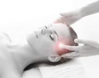 Een jonge blonde vrouw op een hoofdmassageprocedure Stock Afbeeldingen