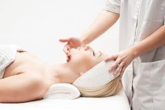 Een jonge blonde vrouw op een kuuroordprocedure Royalty-vrije Stock Afbeeldingen