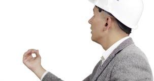 Een jonge bouwer controleert de bouw stock video