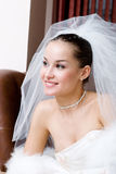 Een jonge bruid die vooruit kijkt Royalty-vrije Stock Foto's