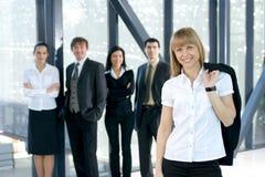 Een jonge commerciële groep werkt in een bureau Royalty-vrije Stock Afbeelding