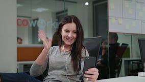Een Jonge Dame Chatting Online op de Telefoon stock afbeeldingen