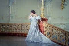 Een jonge dame in een luxueuze witte kleding Stock Foto