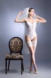 Een jonge donkerbruine bruid in witte erotische lingerie Royalty-vrije Stock Afbeeldingen