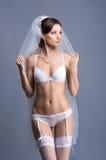 Een jonge donkerbruine bruid in witte erotische lingerie Royalty-vrije Stock Foto