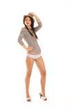 Een jonge donkerbruine vrouw in de kleren van de zeemansstijl Royalty-vrije Stock Foto's