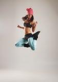 Een jonge en geschikte vrouw die in sportieve kleren dansen Royalty-vrije Stock Foto