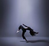 Een jonge en geschikte vrouw die in sportieve kleren dansen Stock Fotografie