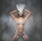 Een jonge en sexy blonde vrouw in een wit masker Royalty-vrije Stock Afbeelding