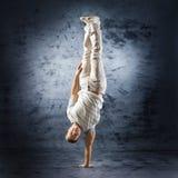 Een jonge en sportieve mens die een moderne dans doet stelt stock foto