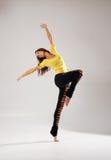 Een jonge en sportieve vrouw die in sexy kleren dansen Stock Afbeelding