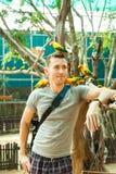 Een jonge Europese reis van de toeristenmens in tropische dierentuin Royalty-vrije Stock Fotografie