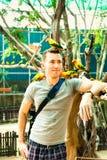 Een jonge Europese reis van de toeristenmens in tropische dierentuin Stock Fotografie
