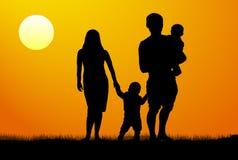 Een jonge familie met kinderensilhouet bij zonsondergang vector illustratie