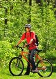 Een jonge fietser in het hout Stock Foto