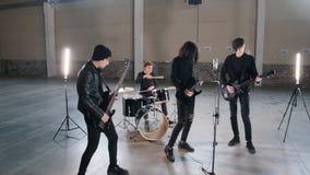 Een jonge groep die mensen muziek in heldere hargar spelen Een overzicht van leden van de groep stock footage