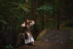 Een jonge heks in bos royalty-vrije stock fotografie