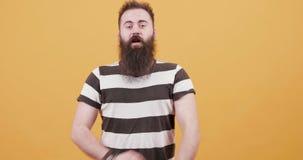 Een jonge hipster die mannelijk toont tekens van trots en vertrouwen kijken stock footage