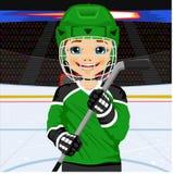 Een jonge hockeyspeler in eenvormig met een ijshockeystok stock illustratie