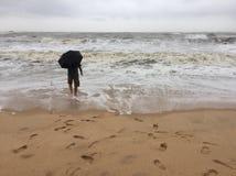 Een jonge Indische mens in de stranden van Kundapura stock foto