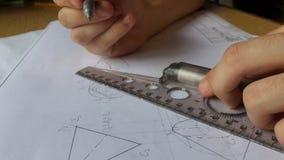 Een jonge ingenieur leert om met grafieken te werken stock video