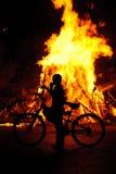 Een jonge jongen bij een scène van een brand Royalty-vrije Stock Foto's