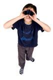 Een jonge jongen die door de verrekijkers kijkt stock foto's