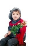 Een jonge jongen die een roze bloem houdt Royalty-vrije Stock Afbeeldingen