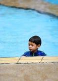 Een jonge jongen in een zwembad stock afbeeldingen