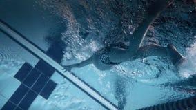 Een jonge jongen in het zwembad stock footage