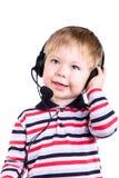 Een jonge jongen in hoofdtelefoons Stock Afbeeldingen