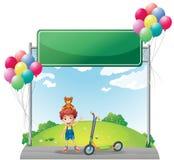 Een jonge jongen met zijn speelgoed dichtbij lege signage Royalty-vrije Stock Afbeelding