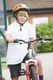 Een jonge jongen op een fiets Stock Foto's